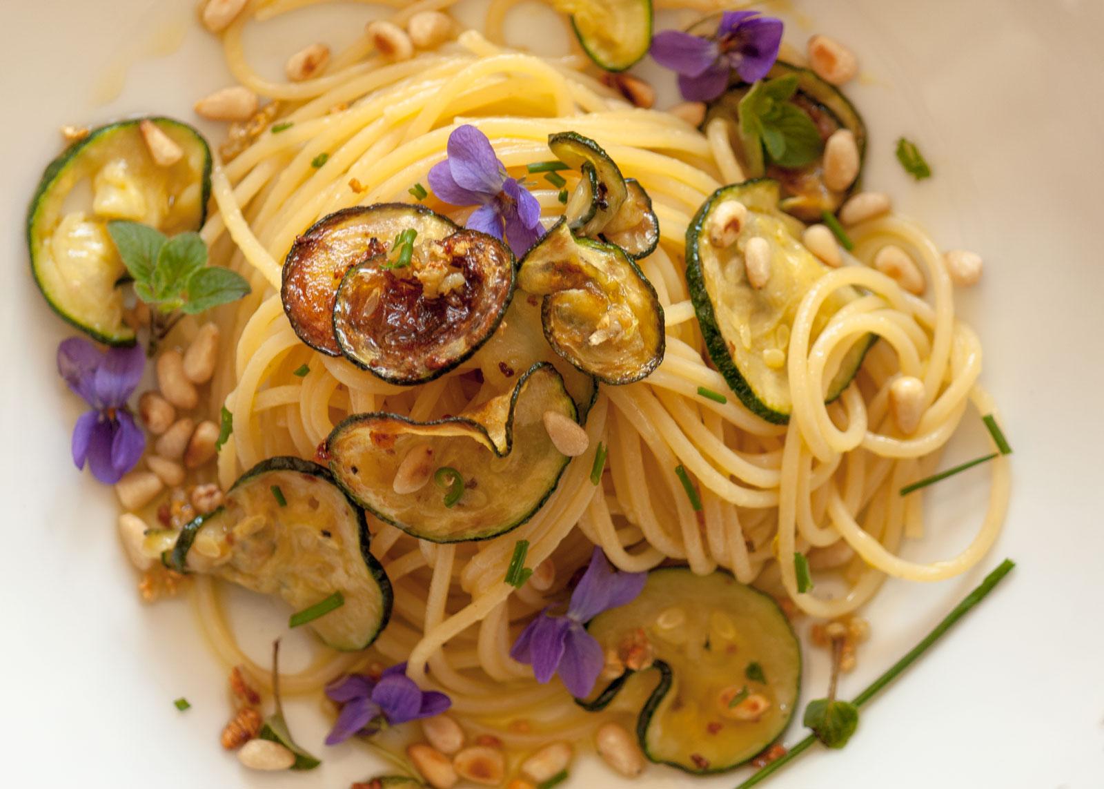 ricetta spaghetti con zucchine e pinoli