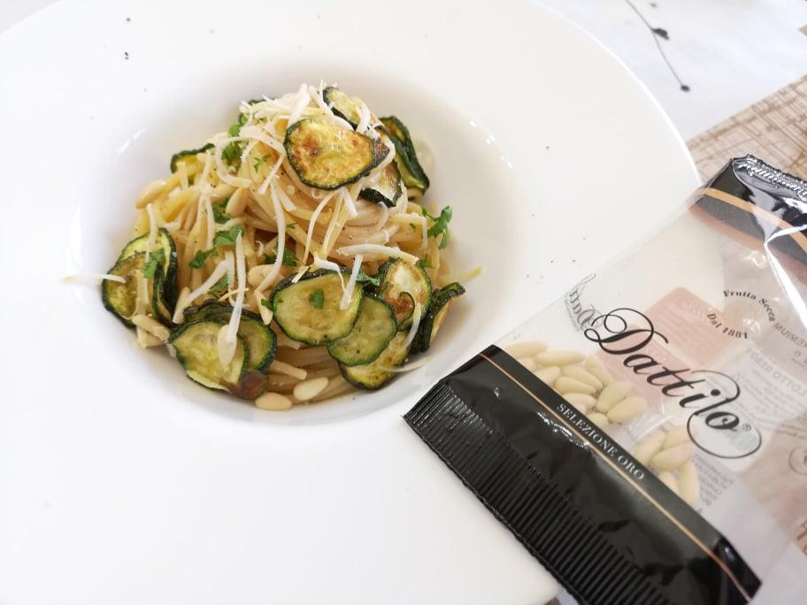 Spaghetti con zucchine fritte, ricotta salata e pinoli